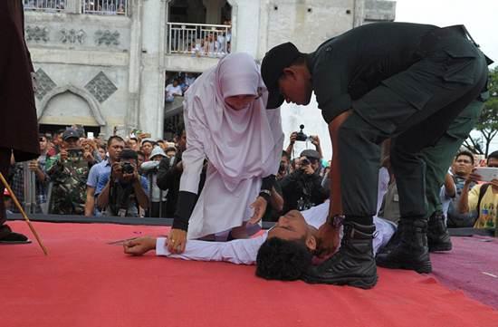 شلاق در ملاء عام برای دختران و پسران بدکاره