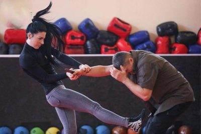 دختر جذابی که مربی دفاع شخصی مردان است