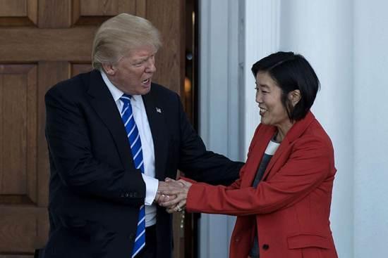 نحوه دست دادن عجیب و جنجالی دونالد ترامپ