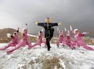 عکسهای تمرین دختران شائولین افغان در کوه های برفی