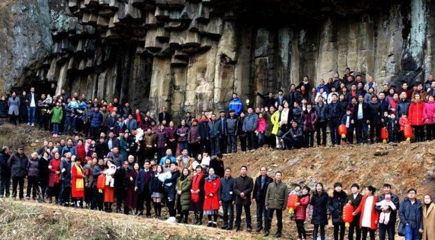 عکس دسته جمعی خانواده 500 نفری در روستای چین