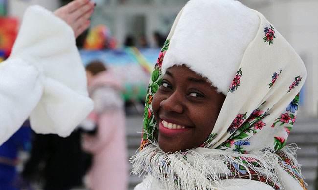 مردان و زنان روسی در جشنواره ماسلنیتسا