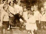 جان دنیل گوریلی که به مدرسه می رفت و همراه مردم بود