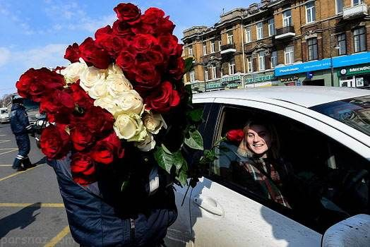 اهدای گل قرمز به رانندگان خانم در روز جهانی زن