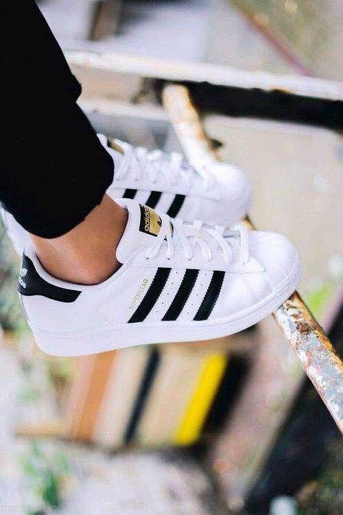 ع کفش اسپرت پا برای پروفایل کفش اسپرت دخترانه.