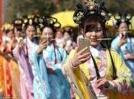آموزش دختران زیبای چینی برای راهنمای گردشگری