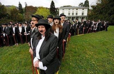 تجمع زنان و مردان با تیپ و قیافه چارلی چاپلین