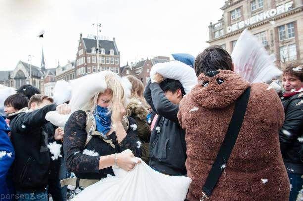جشنواره بالش بازی دختر و پسرها در کشور هلند