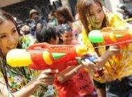 فستیوال جذاب آب پاشی زنان و مردان تایلندی