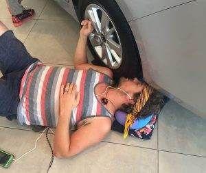 50 ساعت بوسه دختر روی خودرو برای تصاحب آن