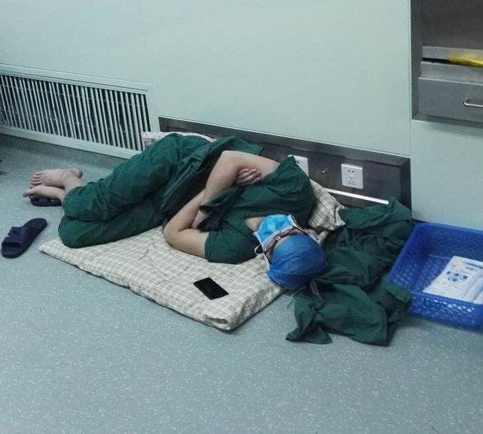 جراح چینی پس از 28 ساعت کار در راهرو خوابش برد