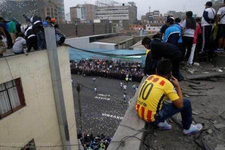 تصاویر رقابت های جذاب فوتبال خیابانی در کشور پرو
