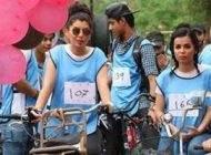 دختران جذاب عراقی و پسران در فستیوال دوچرخه سواری