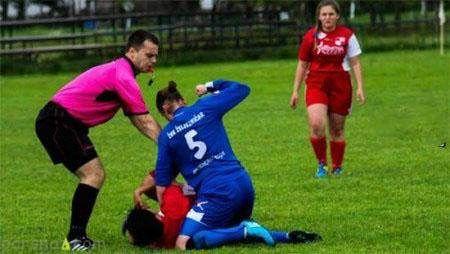 کتک کاری دختران فوتبالیست وسط زمین فوتبال