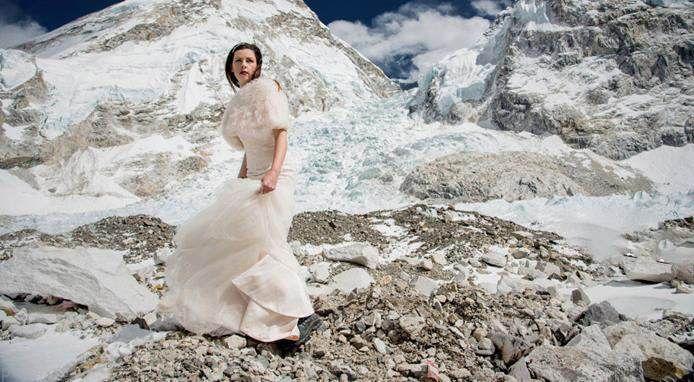 ماه عسل عروس و داماد در نوک قله اورست +عکس