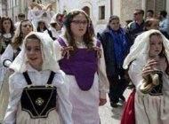 دختران و بازی با مارها در فستیوال ایتالیا