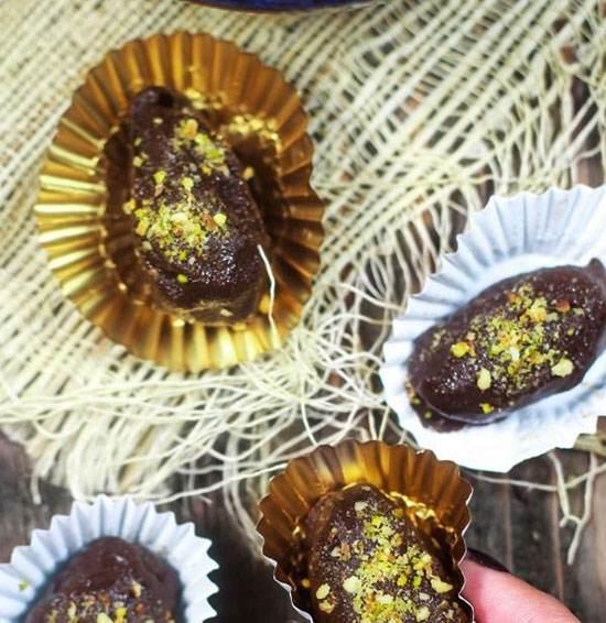 طرز تهیه خرمای مغزدار شکلاتی ماه رمضان