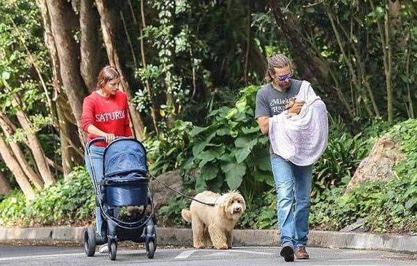 ایرینا شایک و بردلی کوپر و دخترشان در لس آنجلس