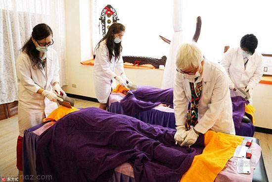 ماساژ بدن زنان با ساطور و چاقوی تیز در تایلند +عکس