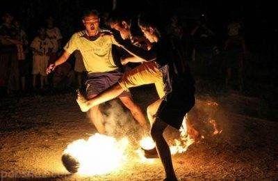 فوتبال خطرناک این مردان با توپ های آتشین