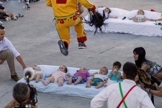 جشنواره عجیب پرش از روی بچه ها در اسپانیا