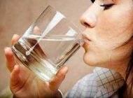 تاثیر نوشیدن آب ولرم در رفع یبوست