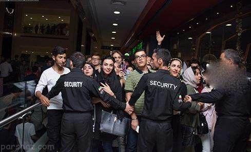 تجمع مردم برای سلفی گرفتن با محمدرضا گلزار