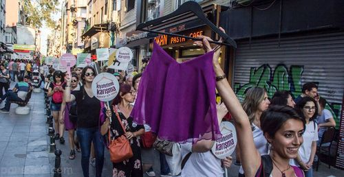 اعتراض زنان ترکیه به پوشیدن لباس های نامناسب