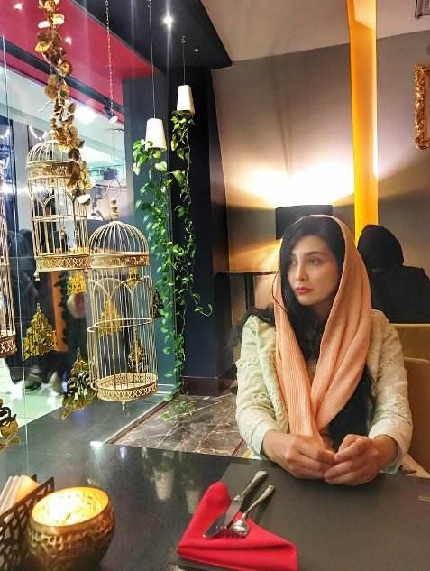 مریم معصومی بازیگر مشهور در یک رستوران لاکچری