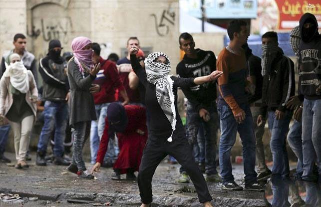 دختران فلسطيني در جدال با سربازان اسرائيل
