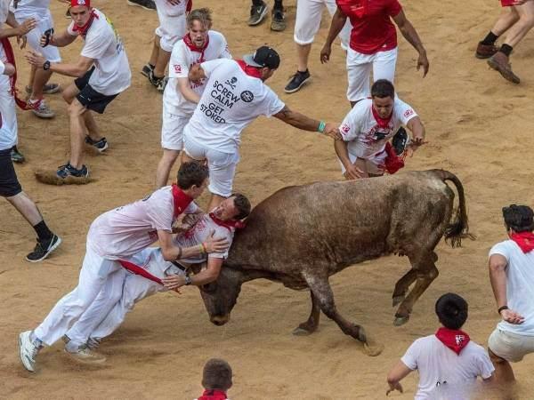 جشنواره گاو بازی با رنگ و بوی خون +عکس