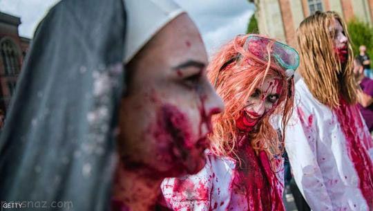 زامبی های زن و مرد در شهر استکهلم سوئد