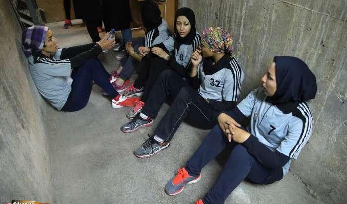 دختران و پسران در مسابقه بالا رفتن از پله های برج میلاد