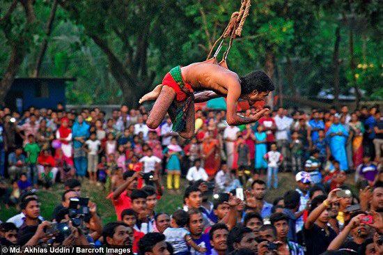 فستیوال دیوانه وار مردان معلق با سیخ های آهنی