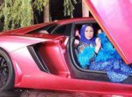 فخر فروشی زن پولدار با خوابیدن در وان پر از دلار