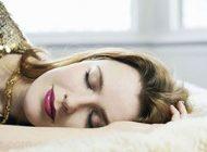 درباره ضررهای خوابیدن خانم ها با آرایش