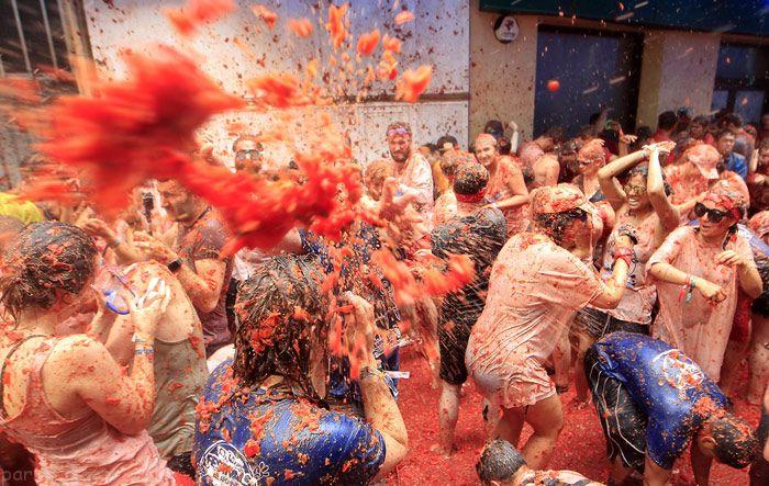 جشنواره گوجه فرنگی با حضور دختران و پسران اسپانیایی