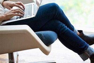 آیا نشستن و انداختن پاها روی هم مودبانه است؟