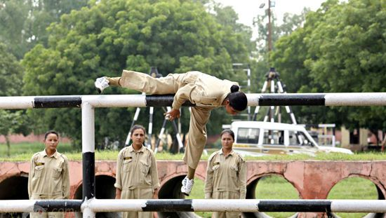 دختران زیبای هندی در حال تمرینات نظامی