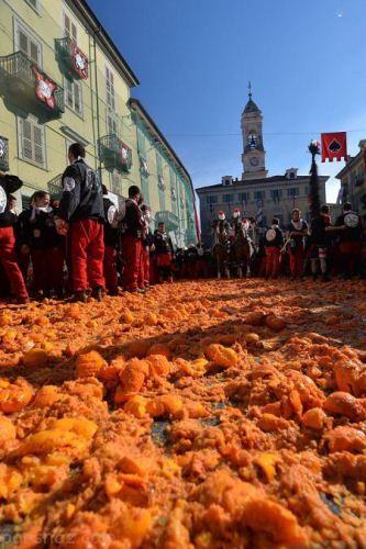 دختران و پسران ایتالیایی در جشنواره پرتاب پرتقال