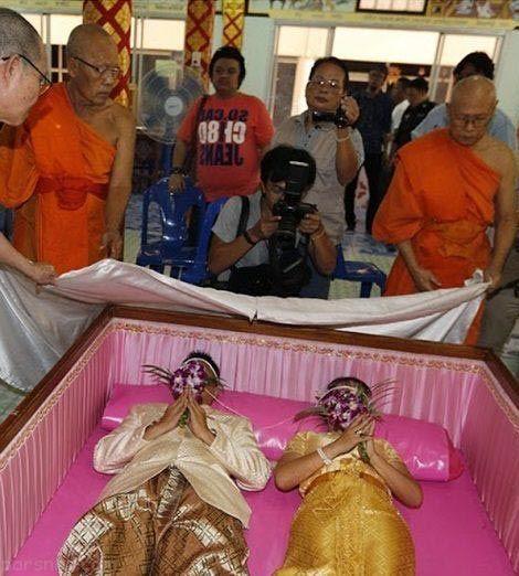 مراسم خنده دار عروس و دامادهای تایلند در تابوت