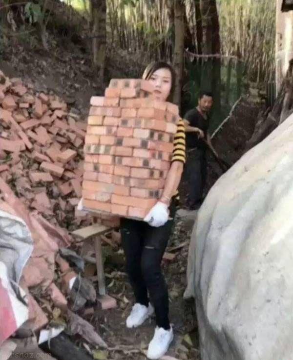 دختر زیبا و جذابی که کارگر ساختمانی است +عکس