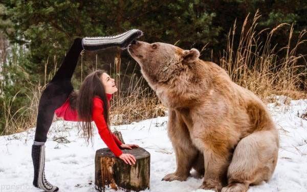 انجام حرکات ژیمناستیک دختر خوش اندام در کنار خرس