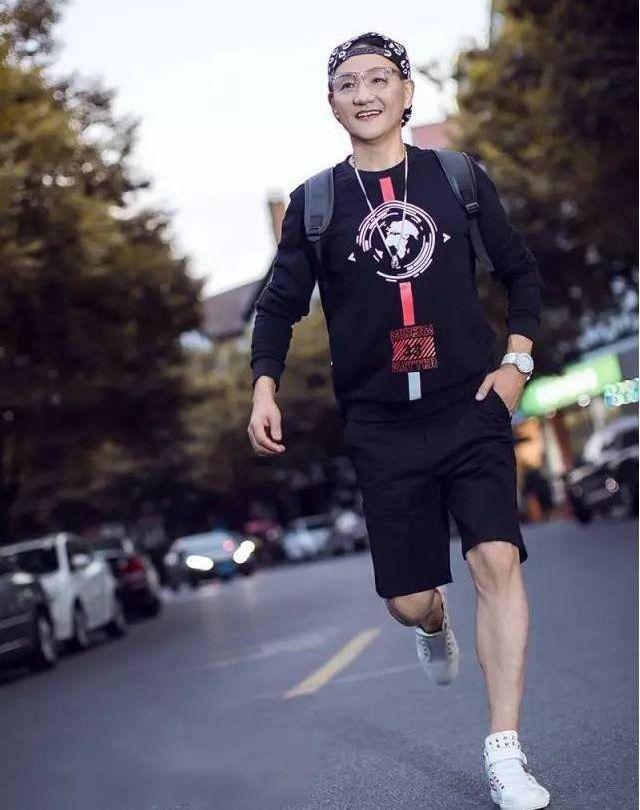 چهره باورنکردنی پدر بزرگ چینی 68 ساله که کاملا جوان و جذاب است +عکس