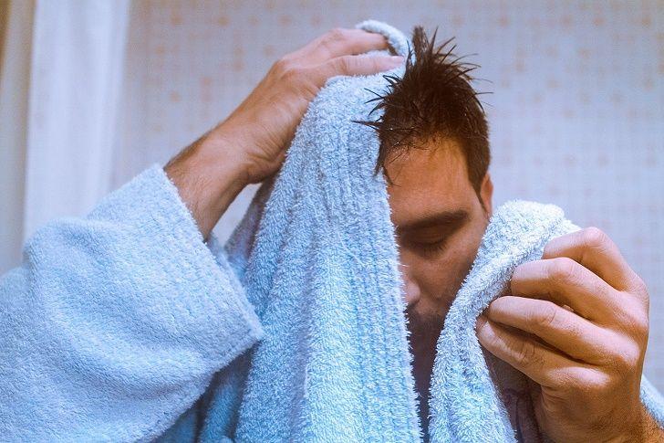 اشتباهات رایج موقع حمام کردن + تمام عوارض حمام نرفتن (دانستنی های مهم برای حمام کردن)