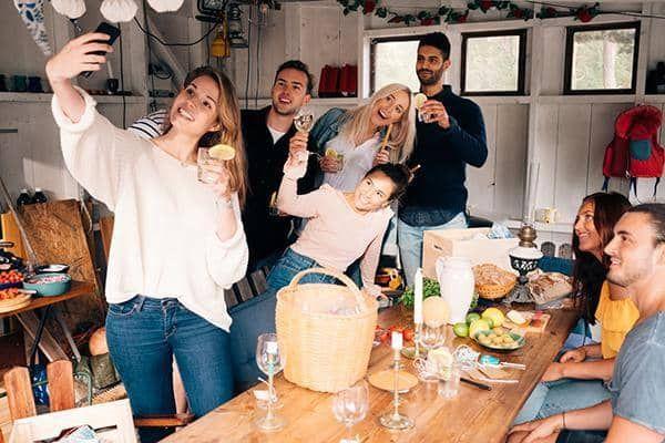 تعبیر خواب مهمانی | میزبان بودن و مهمانی رفتن در خواب چه معنایی دارد؟