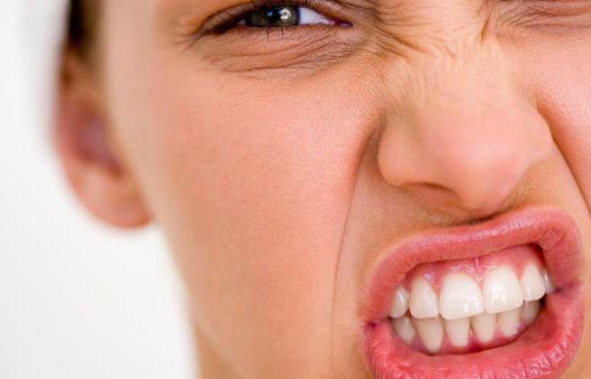 نشانه های خرابی دندان ها | از بوی بد دهان تا سفید شدن زبان