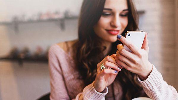 چگونه به دختر مورد علاقه مان پیام بدهیم؟ | راهکارهای مفید و کاربردی