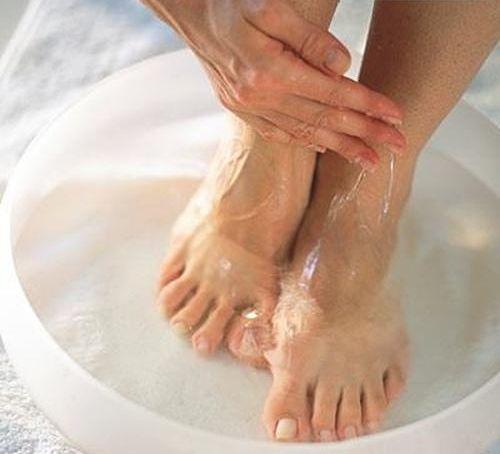 ساده ترین روش ها برای از بین بردن بوی بد کفش و پاها