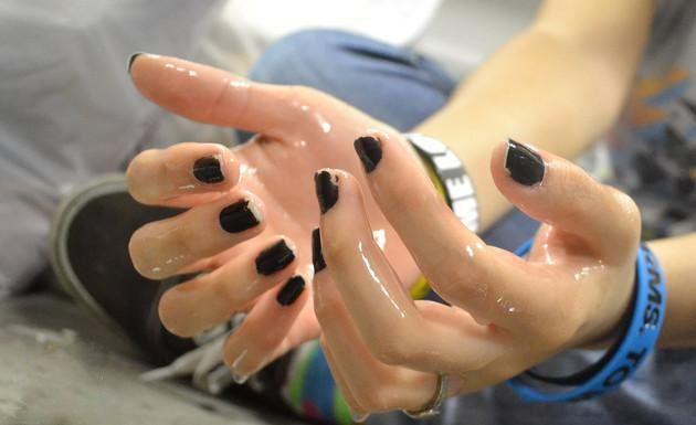 بهترین روش های درمان عرق کف دست و پا (12 روش خانگی و کاربردی)